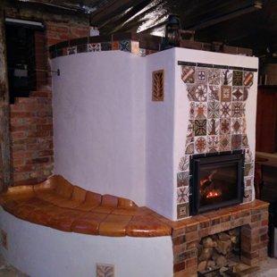 Šildymo krosnis su duonkepe ir šiltasuoliu, židinys ir šildymo sienelė